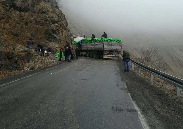 Trabzon'da tır kontrolden çıktı - Yol ulaşıma kapandı