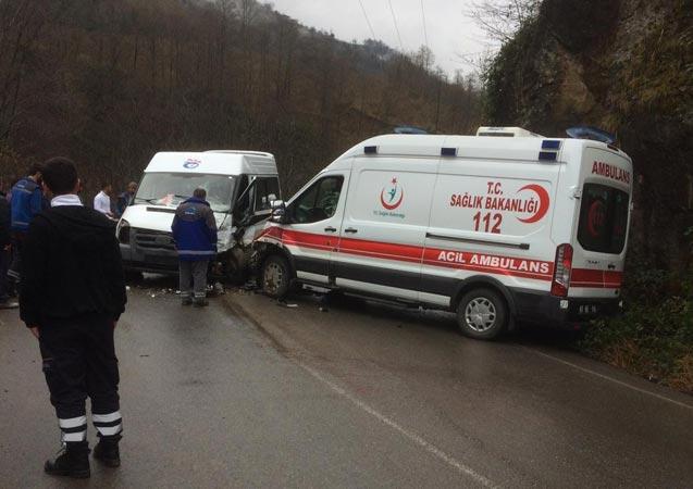 Trabzon'da ambulans ve hasta taşıyan minibüs çarpıştı: 7 yaralı