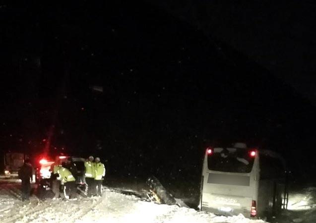 Trabzon plakalı yolcu otobüsü kaza yaptı
