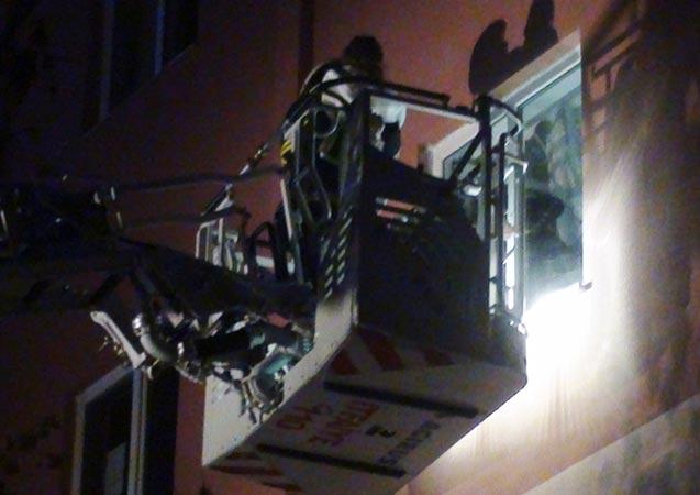 Apartman dairesinde yangın: 1 ölü, 10 kişi dumandan etkilendi