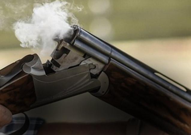 Tüfeğini temizlerken eşini vurdu