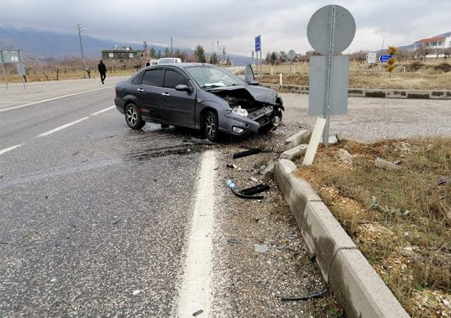 Gölbaşı'nda 2 otomobil çarpıştı