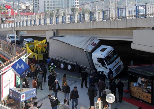 İzmir'de yasaklı yola giren tır, köprüye takıldı