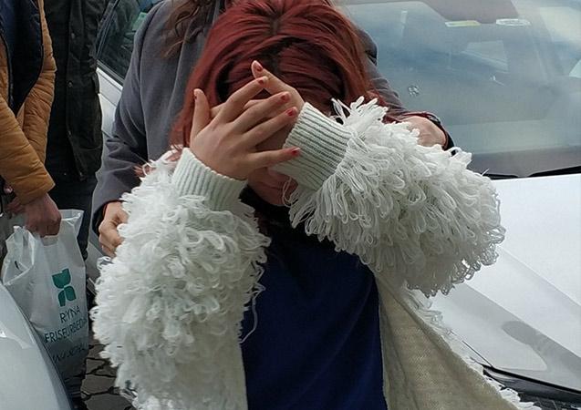 Babasını bıçaklayan kız yakalandı