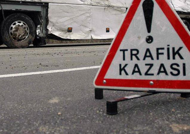 Samsun'da devrilen elma yüklü tır trafiği aksattı
