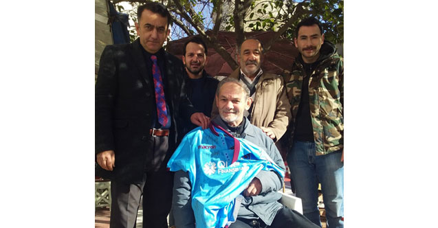 Trabzonspor'dan Eynesilli engelli vatandaşa forma jesti