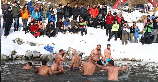 Rize'de ilginç görüntüler! Buzların içinde yüzdüler!