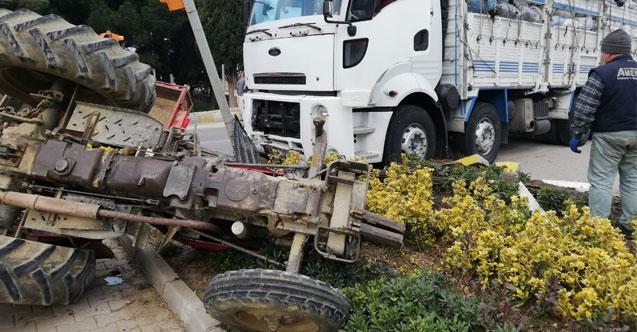 Gömeç'te traktör ile kamyon çarpışt