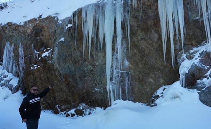 5 metrelik buz sarkıtları şaşırtıyor