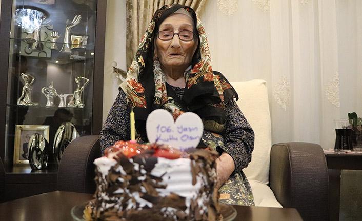 106 yaşını pasta keserek kutladı