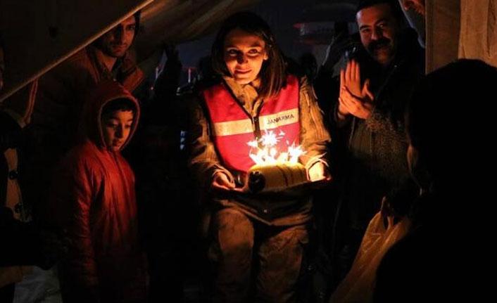 Depremzede çocuğuna çadırda doğum günü sürprizi!