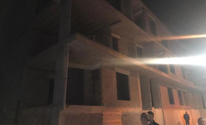 Bursa'da şiddetli esen rüzgar binanın duvarını yıktı
