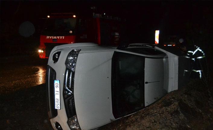 Seyir halindeki araç devrildi