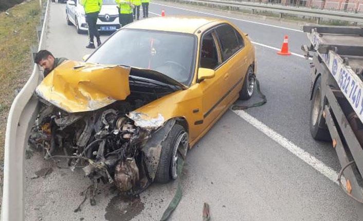 Trabzon'da araç bariyerlere çarptı