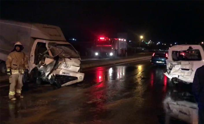 Büyükçekmece'de kamyonet minibüse çarptı