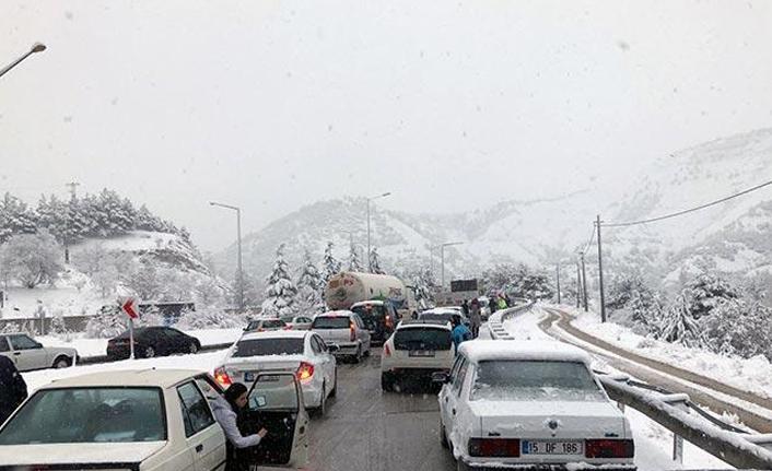 Kar aralıksız yağdı... Yol trafiğe kapandı