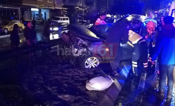 Trabzon'da korkutan trafik kazası! Beton elektrik direği yerinden söküldü