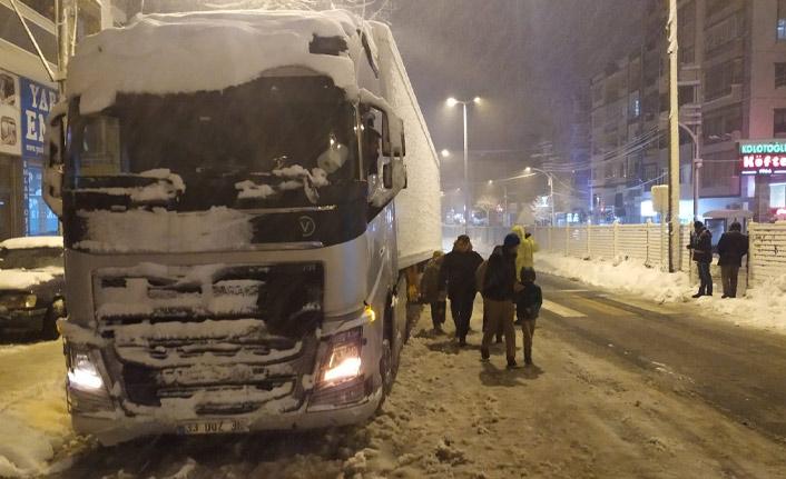 Trabzon'da kar trafik çilesine dönüştü! Tır yolu yolu kapattı!