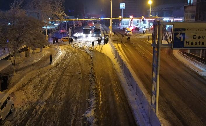 Trabzon'da o yolu kullanacaklar dikkat! Araçlar yolda kaldı!