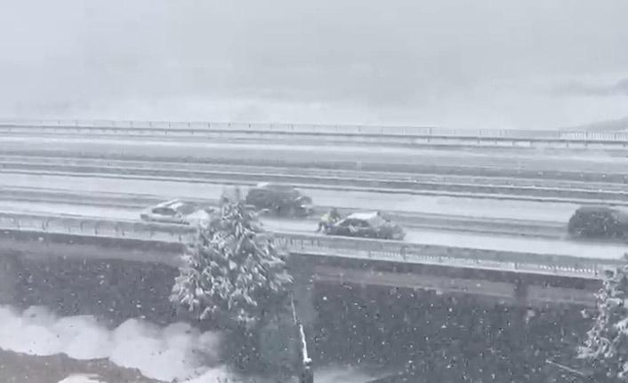 Rize'de karda yolda kalan aracı, trafik polisleri itti