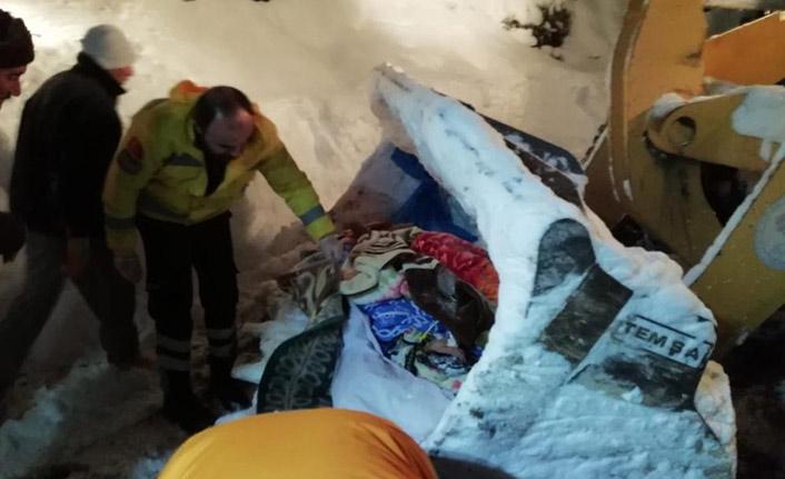 Trabzon'da hastalar kepçe yardımıyla ambulansa taşındı