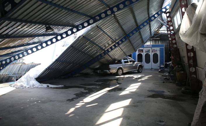Kar nedeniyle otomobil galerisinin çatısı çöktü