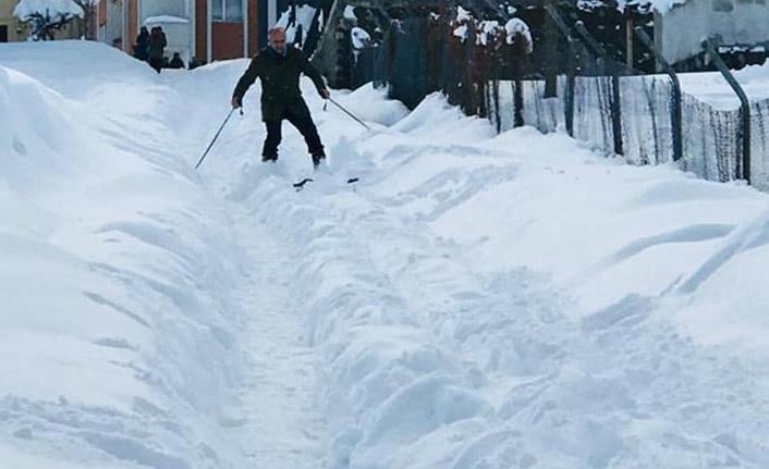 Kayak takımlarıyla sokağın ortasında kaydı