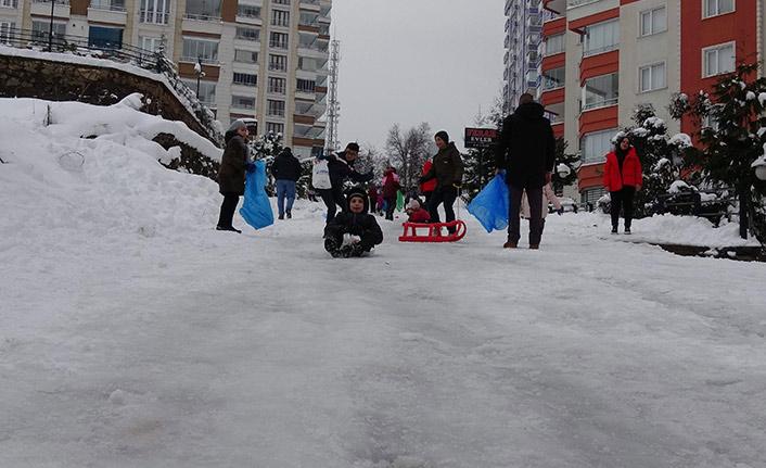Trabzon'da sokak araları kayak pistine döndü