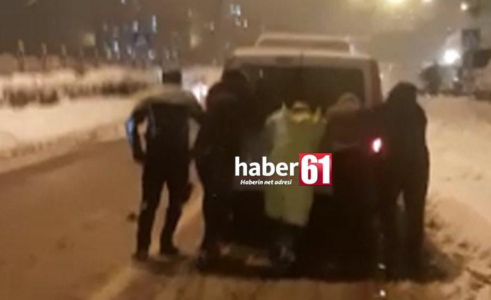 Trabzon'da polislerden alkış alan hareket! Yolda kalan araçlara böyle yardım ettiler