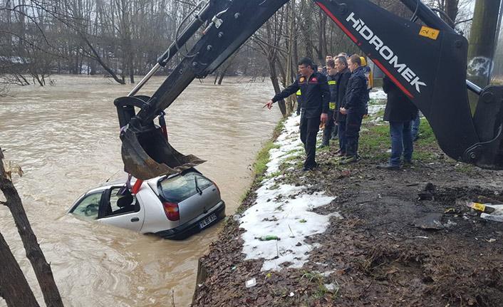Park halindeki otomobil sulara gömüldü