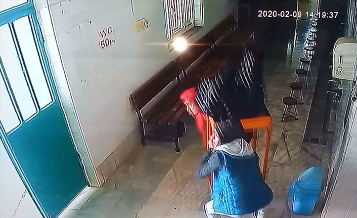 Bursa'da camideki yardım kutusunu masasıyla birlikte çaldılar