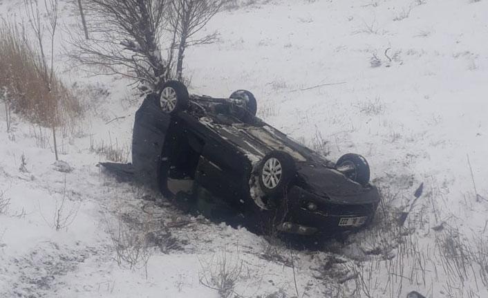 Buzlu yolda kayan araç takla attı