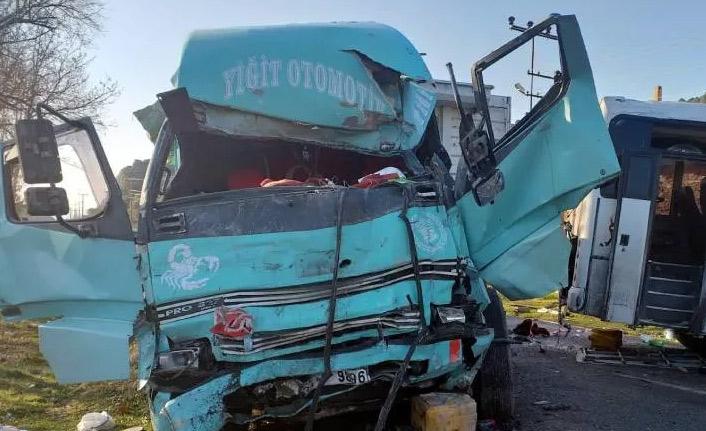 İşçi servisi ile kamyon çarpıştı: 4 ölü, 8 yaralı