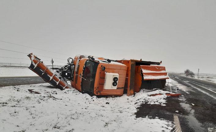 Şanlıurfa'da kar küreme aracı devrildi