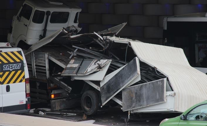 İzmir'de kamyon alt geçide sıkıştı; trafik akışı aksadı