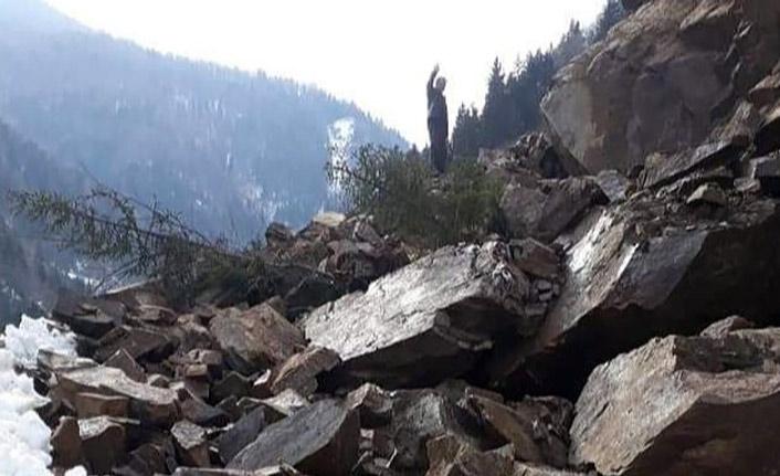 Gümüşhane'de heyelan! Dev kayalar tesislere düştü