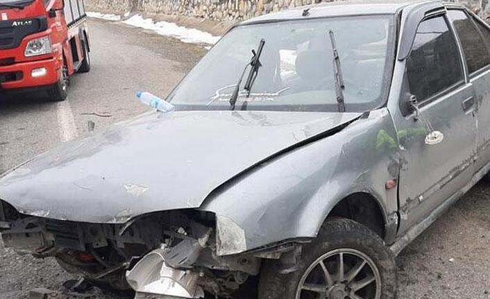 Yoldan çıkıp istinat duvarına çarptı! 6 kişi yaralandı