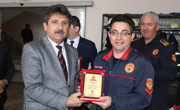 Elazığ depreminde görev alan itfaiyeciler ödüllendirildi