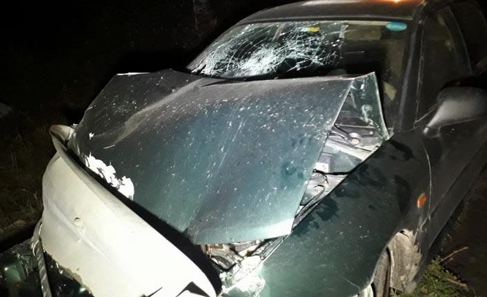 Kontrolüden çıkan otomobil bariyerlere çarptı