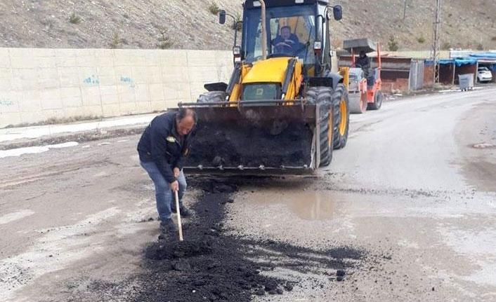 Bayburt'ta bozulmuş olan yollar onarılıyor