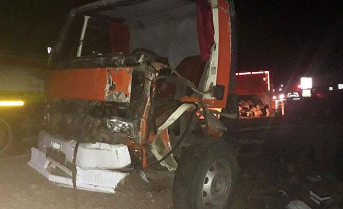 Burdur'da otomobil ile kamyon çarpıştı