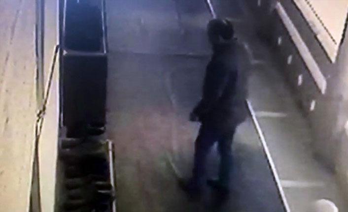 Camiden ayakkabı hırsızlığı kameraya böyle yansıdı