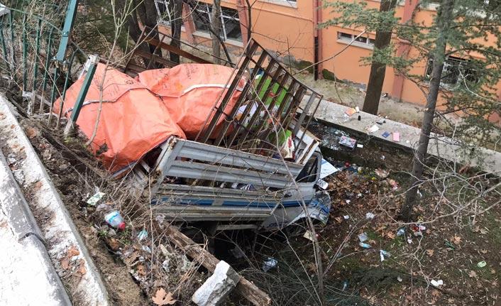 Kamyonet okul bahçesine uçtu: 3 yaralı
