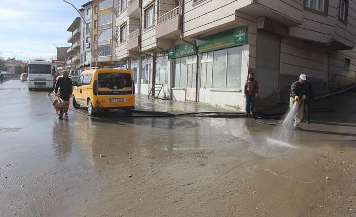 Cadde ve sokaklar tazyikli suyla yıkanıyor