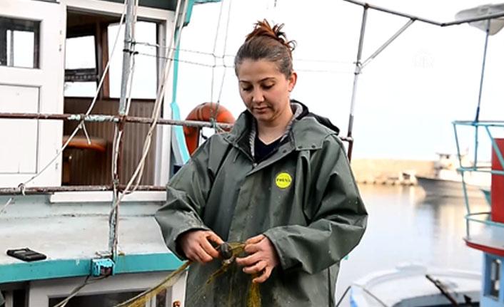 Kadın balıkçılar, aileleri için ekmeğini denizden çıkarıyor