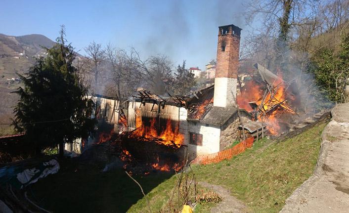 Trabzon'da çıkan yangında ev kül oldu!