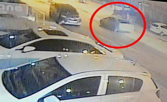 Sürücüsünün park ettikten sonra el frenini çekmeyi unuttuğu otomobil, saksıya çarparak durdu