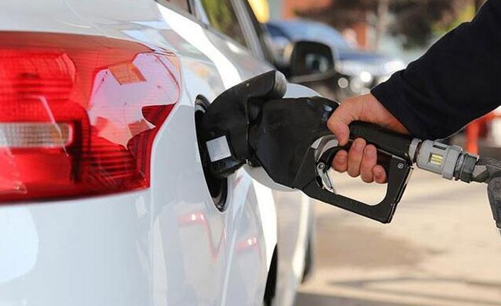 Benzin fiyatında dev indirim! Bu gece yarısından itibaren...