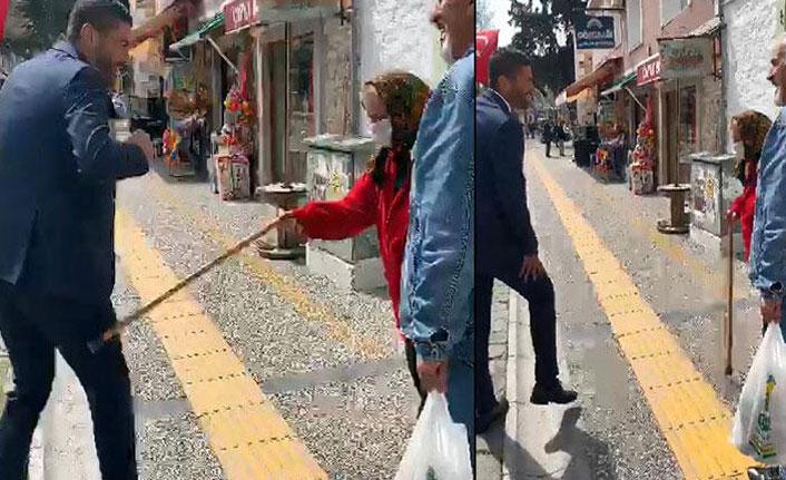 Belediye başkanına, bastonuyla vurdu