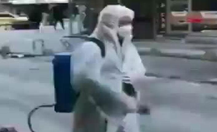İlginç görüntü! Belediye ekibine kendilerini dezenfekte ettirdiler